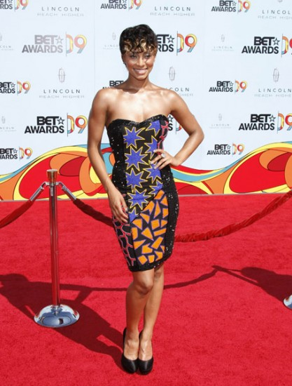 Keri Hilson has made a huge fashion flop here. It's just not working honey.